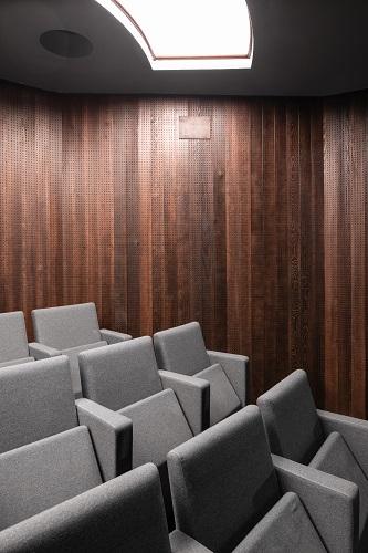 Dettaglio della parete del teatro della Triennale di Milano