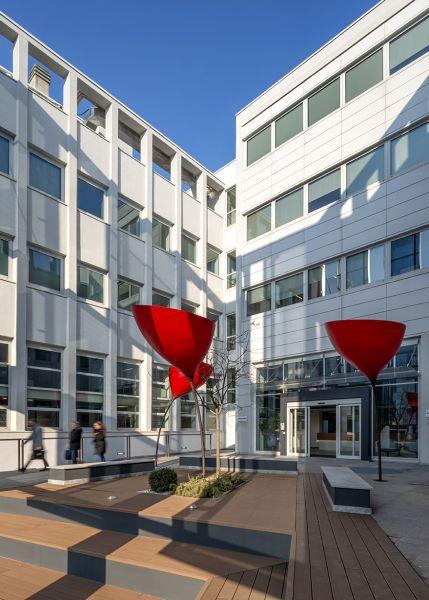 Il restyling della corte interna dell'edificio di viale Sarca 222 di Milano