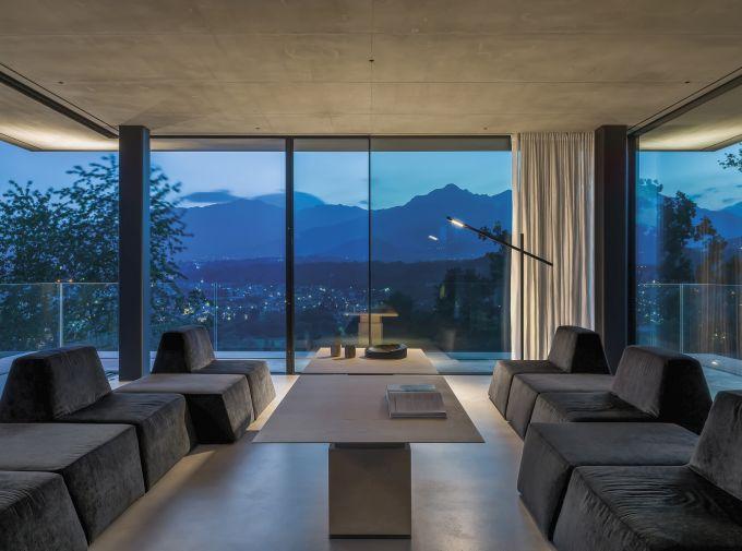 Il living della Teca House sulle colline di Biella  (ph. Matteo Piazza)