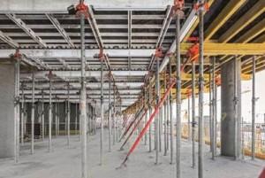 Il comprovato sistema SKYDECK  consente di armare in modo rapido e sistematico solai anche di grande superficie. Per gli edifici adiacenti alla torre, la cassaforma per solai con pannelli in alluminio è stata abbinata a tavoli per solai,  utilizzati sui bordi.