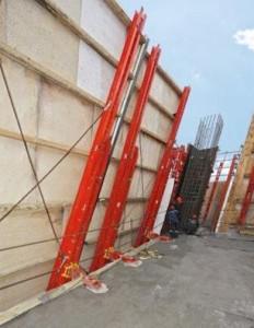 Le guide di ripresa del paramento di protezione RCS sono fissate in obliquo all'edificio grazie ad appositi attacchi per solaio.