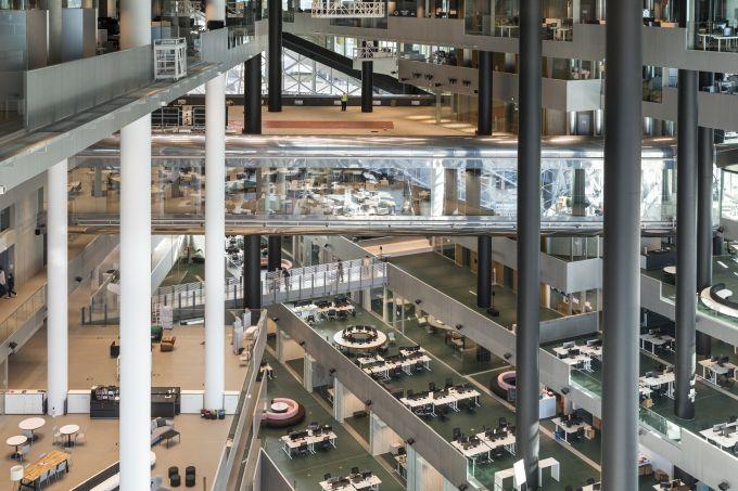 Gli spazi aperti delle terrazze interne dell'Alex Springer Campus a Berlino