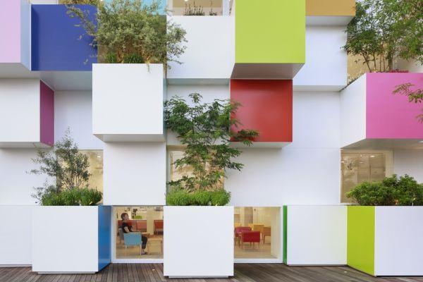 I cubi della banca di Nakaaoki progettata da Emmanuelle Moreaux ospitano dei piccoli giardini