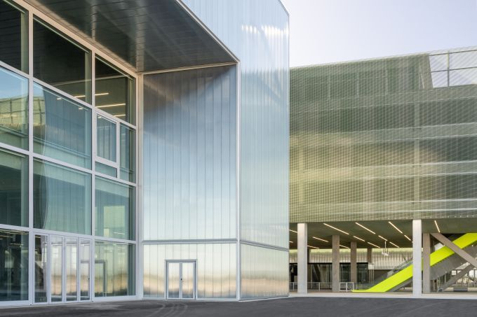 La struttura in acciaio e le facciate in policarbonato dei due edifici del Meett di Tolosa