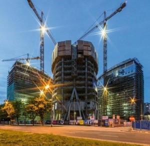 a Warsaw Spire: il nuovo complesso direzionale, che sorge nella capitale polacca, è formato da tre diversi edifici. La torre, alta 220 m e destinata ad  uffici,  si distingue per la sua particolare forma architettonica; i solai, infatti, presentano una pianta ellittica che varia da piano a piano.