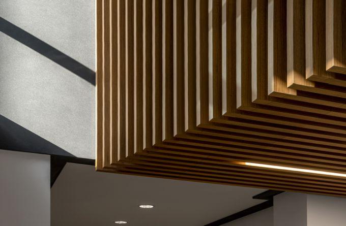 Il listelli in legno sono un segno distintivo della progettazione degli interni di viale Sarca 222 a Milano
