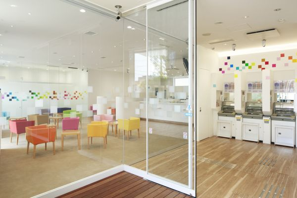 Interno della Sugamo Shinkin Bank di Nakaaoki