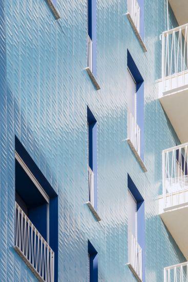 Living in the Blue a Lambrate, Milano: Particolare del rivestimento in ceramica di una delle facciate