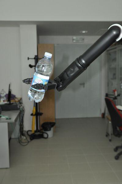 Braccio robotico iARM con supporto. Il dispositivo, ancorato direttamente alla carrozzina, viene utilizzato da pazienti con gravi disabilità degli arti superiori, nelle attività di tutti i giorni.