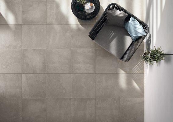 elegante terrazza con pavimento effetto pietra realizzato con la collezione in grès porcellanato Age di Ceramiche Keope cm. 60x60 RT in color Grey.