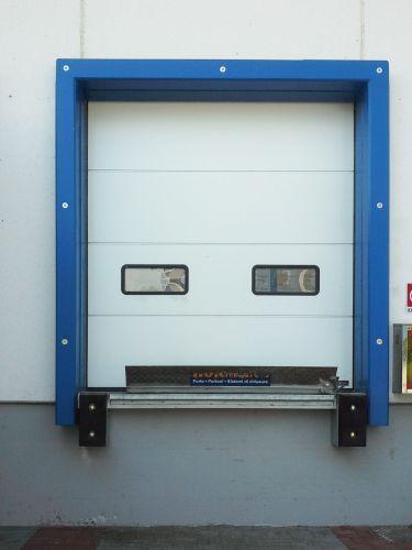 Portoni sezionali SPU F42 installati nel nuovo reparto logistica di Amica Chips