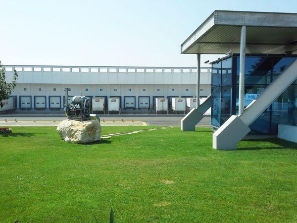 Portoni sezionali SPU F42 per il nuovo reparto logistica di Amica Chips