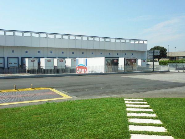 25 portoni sezionali SPU F42 installati nel nuovo reparto logistica di amica Chips