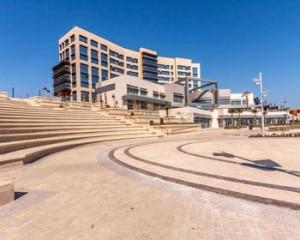 SmartCity Malta, il nuovo piano architettonico dell'isola, firmato da Paul Camilleri & Associates e che si estende su una superficie di 360.000 mq., che ha scelto Ceramiche Keope per tutte le facciate ventilate e per tutte le pavimentazioni esterne. Quasi diecimila i metri quadri forniti della collezione in grès porcellanato Sunrise, nei colori Golden, Quartz e Smoke e nei formati 120x60 e 30x60.