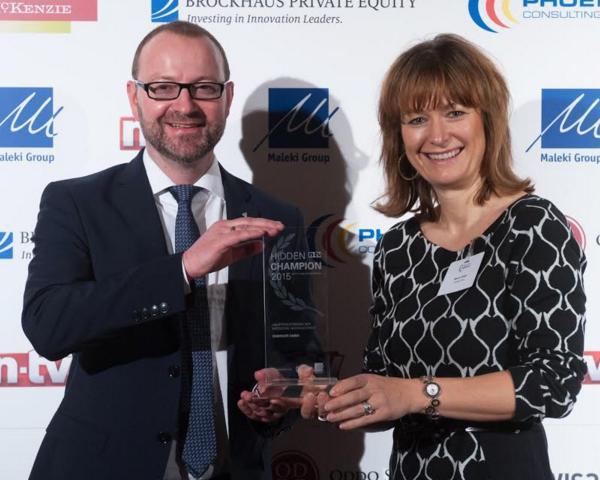Frank Killinger e Marnie Röder di Ensinger alla cerimonia di premiazione a Francoforte.