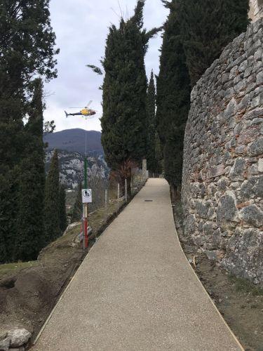 Ruredil per la ripavimentazione dell'ultimo tratto di passeggiata verso il castello medievale Arco di Trento