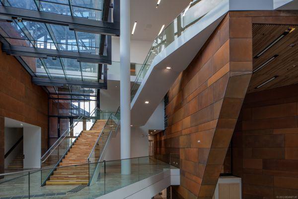 Corten e vetro per l'interno del Centro didattico curato da BUSArchitektur a Vienna