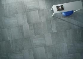 Nella foto, sala relax con pavimento realizzato con la collezione in grès porcellanato Back di Ceramiche Keope cm. 75x75, 37,5x75, 25x75 RT color Grey nella finitura naturale.