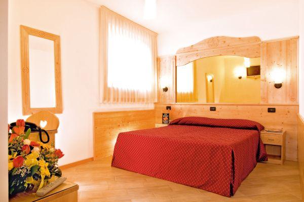 """Una delle camere dell'hotel Hotel Ristorante """"Alla Nave"""" a Nave San Felice, vicino a Trento"""