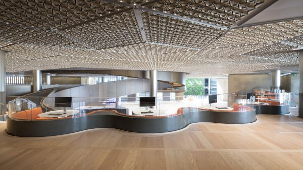 Scrivanie radiali regolabili in altezza e su misura per il nuovo headquarter Bloomberg a Londra