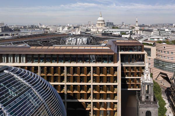 Vetro e lamelle bronzee caratterizzano la facciata della nuova sede di Bloomberg di Londra