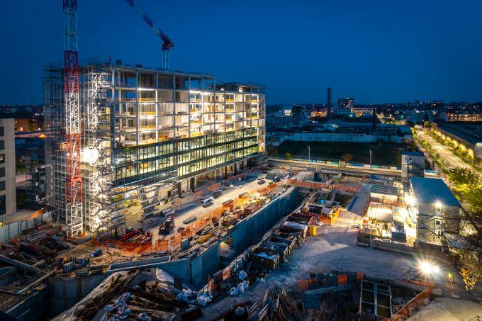 Building D di Covivio: Vista serale del cantiere