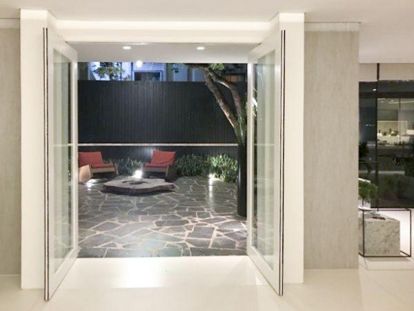 Porta a doppia anta Ergon Living di CELEGON esposta nello studio di architettura João Armentano in Brasile