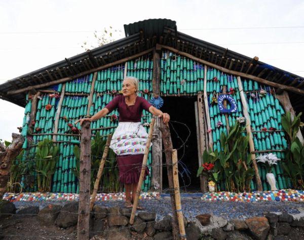 Casa autocostruita con bottiglie di plastica
