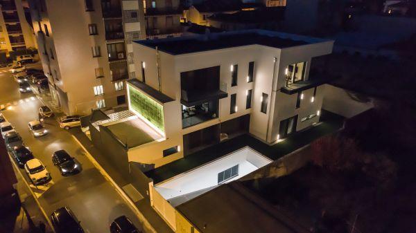 In un nuovo edificio a Seregno tra le doghe e i monoblocchi delle finestre sono stati inseriti dei led