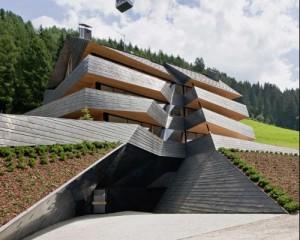 La residenza Dolomitenblick a Sesto - Bz, progettata da Plasma Studio, in cui il   rame ricopre balaustre, facciate e tetti.