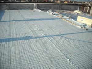 Gli stessi pannelli rivestiti con tessuto non tessuto, pronti ad accogliere il sovrastante getto in cemento cellulare con interposta rete zincata a maglia fine