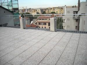 Il pavimento flottante in piastrelloni di cemento e ghiaietto di fiume
