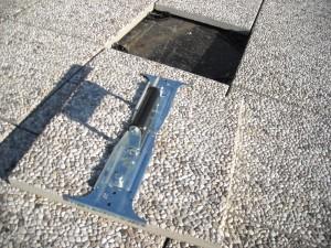 La pinza di sollevamento dei piastrelloni, che ha consentito una notevole accelerazione delle fasi di posa del rivestimento a pavimento