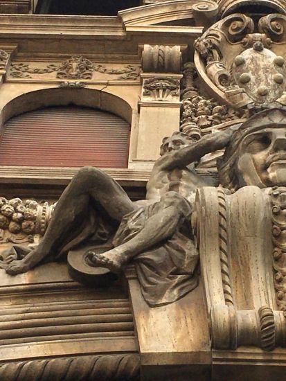 Dettaglio dei nudi sulla chiave di volta dell'Arcone nel quartiere Coppedè a Roma