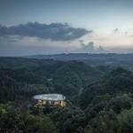 Suggestivo hotel sulla cima di una montagna con vista sulle foreste di bambù