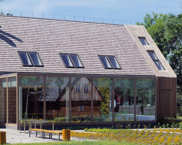 Le finestre Fakro integrate sulla copertura del Museo di Architettura Rurale in Polonia