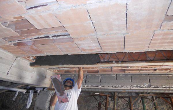 Particolare della fase di rivestimento con malta Ruredil Exocem FP70 delle pareti laterali del travetto