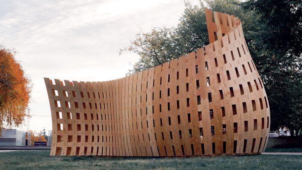 Università British columbia: Wander Wood, installazione in legno scolpito da un modernissimo robot industriale
