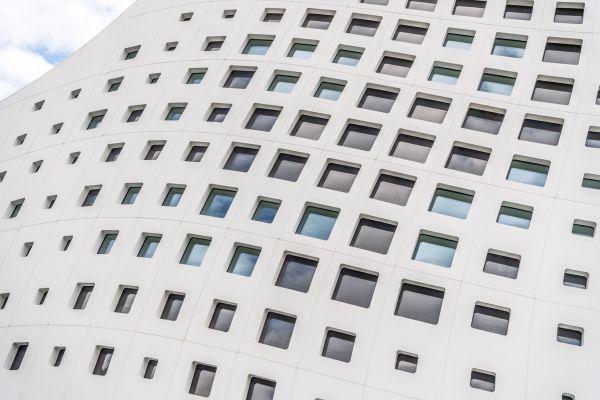 Finestre che richiamano il pixel nel nuovo quartier generale Durst a Bressanone
