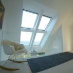 Un lucernario con finestre FAKRO che affaccia sul mare danese