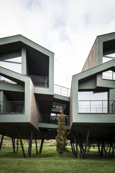 Ampliamento dell'hotel Floris a Susi, albergo sospeso firmato NOA