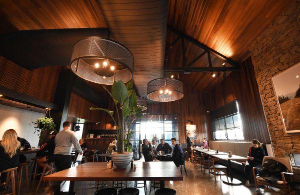 Dettagli degli interni della caffetteria HungryFox di Melbourne  in cui il legno è protagonista