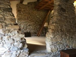 La casa apre le porte a Decorstone, la pavimentazione continua in resina e pietre naturali