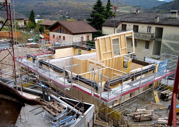 Costruzione di un edificio in legno, con sistema Platform Frame. Nell'immagine si vede la posa di pareti in parte prefabbricate ed assemblate poi in cantiere. Fonte: Nordhaus