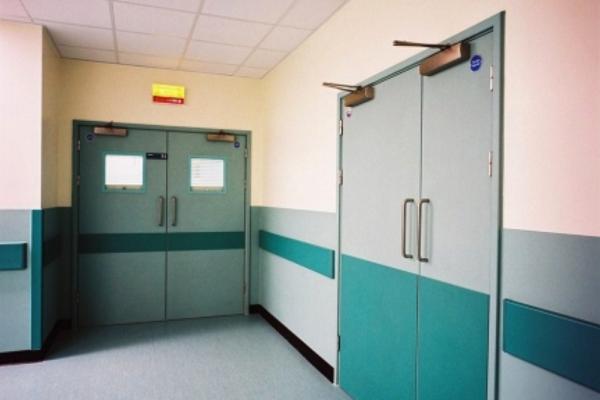 Lastra di protezione all'interno di un ospedale