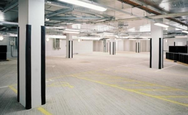 Parcheggio sotterraneo con paracolpi in gomma