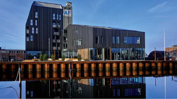 facciata realizzata con pannelli corrugati vmzinc per un edifio pubblico in danimarca