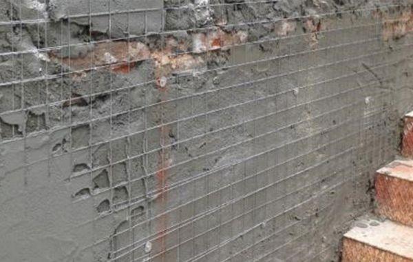 Nell'intonaco armato viene inserita un'armatura a contatto con la parete
