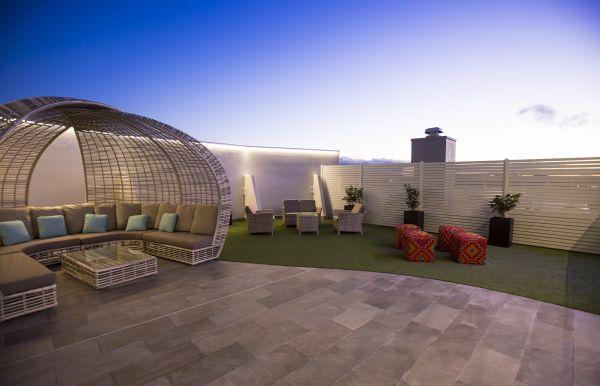 La collezione in gres porcellanato per esterni Point di Ceramiche Keope per il Rooftop del residence in Australia