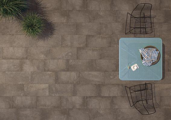 elegante spazio outdoor realizzato con la collezione in grès porcellanato Age di Ceramiche Keope Age cm 30x60 RT nel colore Dark.